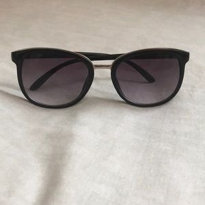 Lucky Brand Black Sunglasses 🕶️